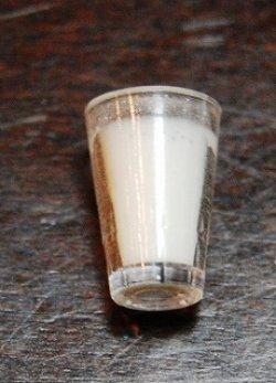 画像1: ミルク入りグラス:プラスチック製